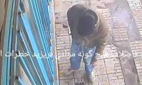 Πέταξε το τσιγάρο του σε τρύπα στο πεζοδρόμιο και δεν φαντάζεστε τι έγινε! (vid)