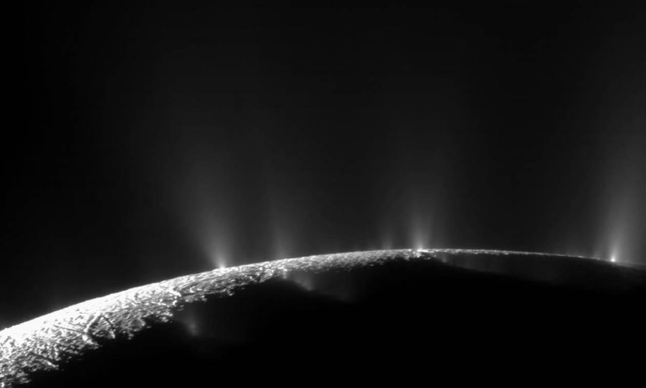 Σημαντική ανακάλυψη της NASA: Στον Εγκέλαδο του Κρόνου ίσως υπάρχει εξωγήινη ζωή (vids)