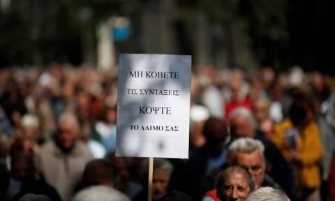 «Ψαλίδι» και στις συντάξεις των 487 ευρώ - Έως και 30% λιγότερα θα παίρνουν 2,4 εκατ. συνταξιούχοι