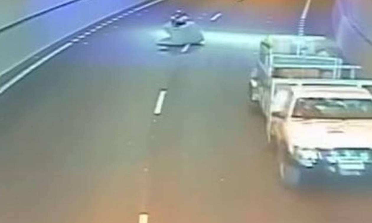Απίστευτο ατύχημα: Οδηγούσε αμέριμνος τη μηχανή του και δεν φαντάζεστε τι έσκασε πάνω του! (vid)