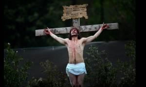 Πάσχα 2017: Ο Ιησούς «ξανασταυρώνεται» - Εντυπωσιακές εικόνες από όλο τον κόσμο