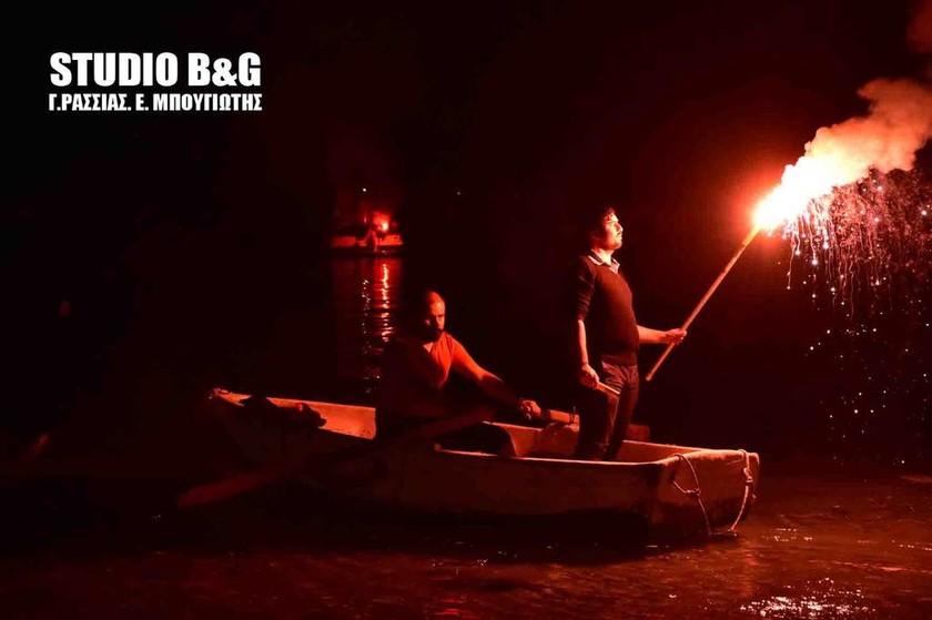 Εντυπωσιακές εικόνες: Μέσα στη θάλασσα η περιφορά του επιταφίου στο Τολό (Pics+Vid)