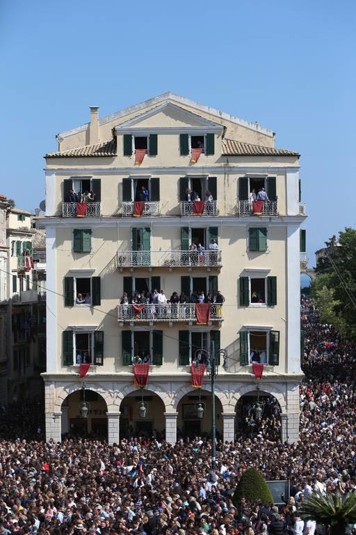Μεγάλο Σάββατο στην Κέρκυρα: Οι «μπότηδες», οι στάμνες και ο... σεισμός (pics)
