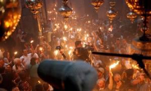 Πάσχα 2017: Η συγκλονιστική στιγμή της Αφής του Αγίου Φωτός (vid)