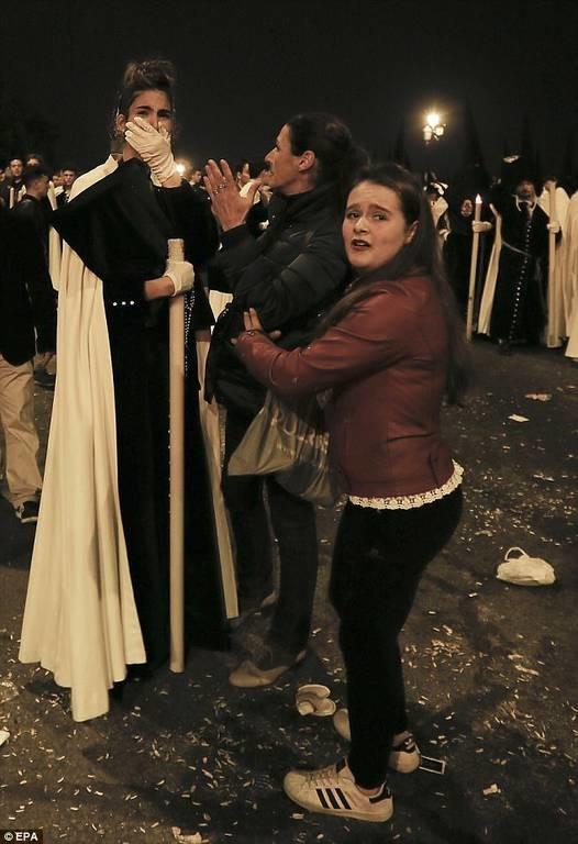 Πανικός στη Σεβίλλη: Ποδοπατήθηκαν στον Επιτάφιο λόγω κακόγουστης φάρσας (pics)