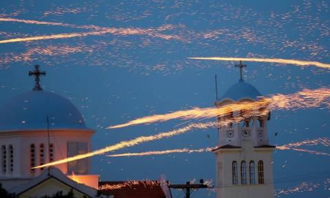 Χριστός Ανέστη: Πάσχα στη Χίο σημαίνει ρουκετοπόλεμος – Δείτε το εντυπωσιακό βίντεο