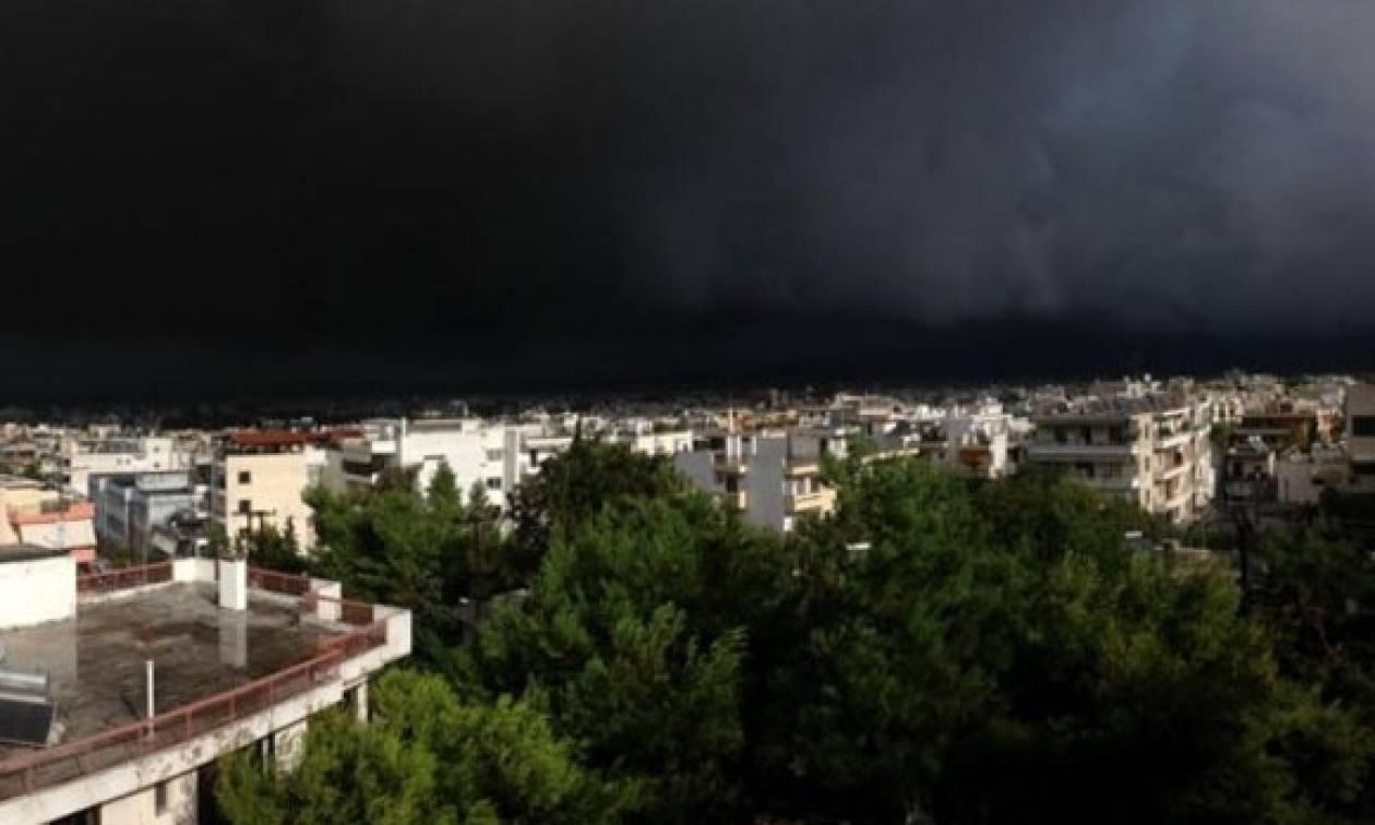 Καιρός: Σκοτείνιασαν τα πάντα - Ισχυρή καταιγίδα «χτύπησε» την Αττική