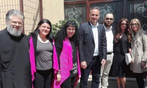 Αρνιά για το Πάσχα και τρόφιμα μοίρασε σε άπορους της Γλυφάδας η οικογένεια Κουκάκη