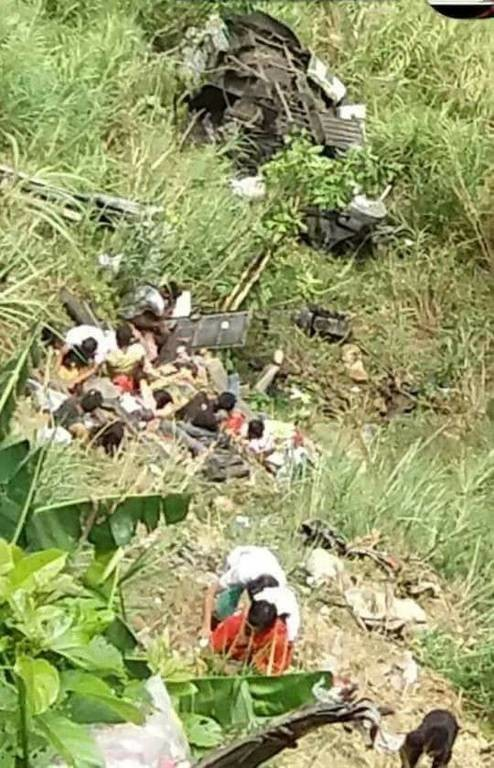 Τραγωδία: Λεωφορείο έπεσε σε χαράδρα - Δεκάδες νεκροί (pics+vid)