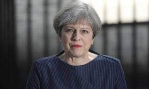 Πρόωρες εκλογές Βρετανία: Προηγούνται οι Συντηρητικοί της Μέι στην πρώτη δημοσκόπηση μετά το σοκ