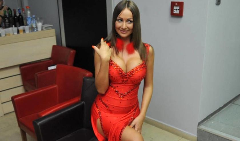Σάλος στη showbiz: Γνωστή παρουσιάστρια απολύθηκε λόγω πορνείας – Στο διαδίκτυο ακατάλληλες photos