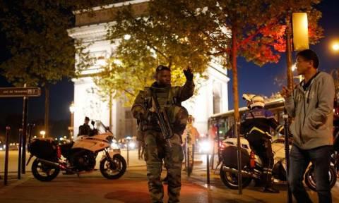 Επίθεση στο Παρίσι - Νεκρός και δεύτερος αστυνομικός
