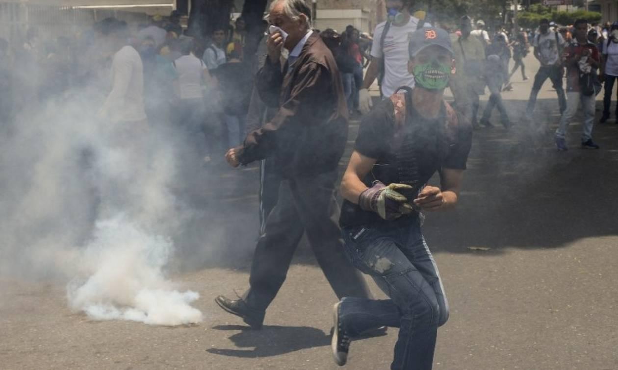 Νέα επεισόδια στη Βενεζουέλα: Δακρυγόνα από την αστυνομία εναντίον διαδηλωτών (vids+pics)
