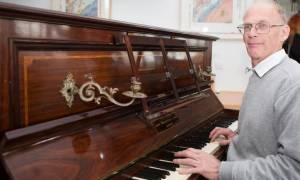 Το πιάνο έκρυβε μια αμύθητη περιουσία! Δεν φαντάζεστε τι βρήκε μέσα (pics)
