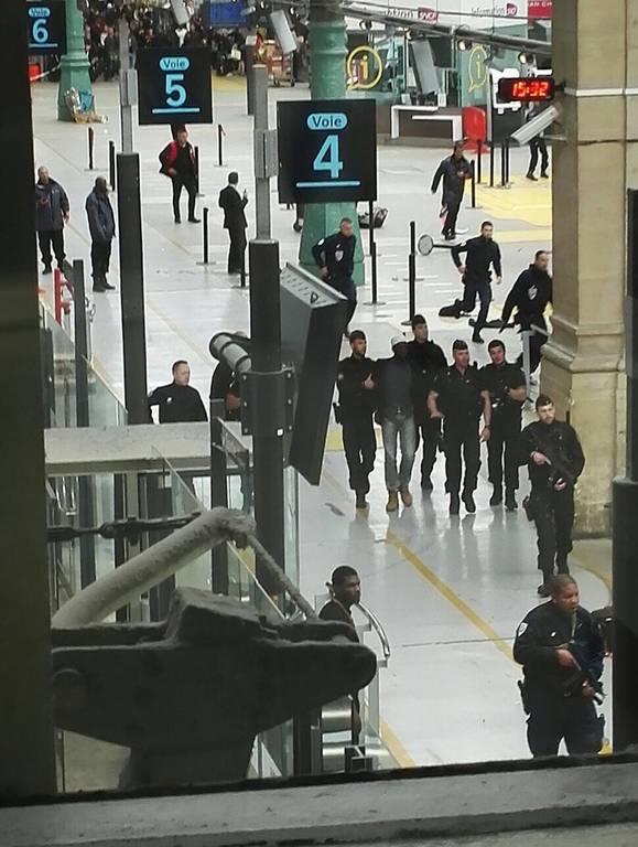 Πανικός στην «καρδιά» του Παρισιού: Άνδρας με μαχαίρι εισέβαλε σε σιδηροδρομικό σταθμό (vid+pics)