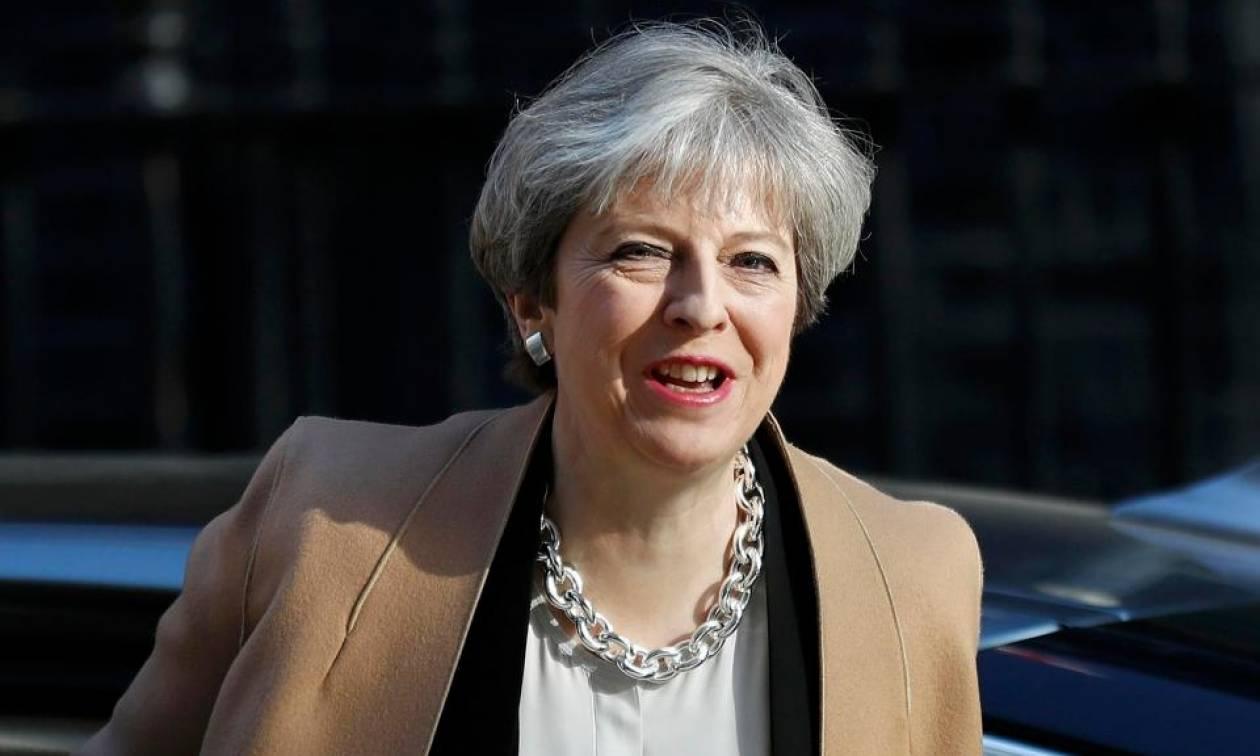 Εκλογές Βρετανία: Σαρωτική επικράτηση της Τερέζα Μέι προβλέπει νέα δημοσκόπηση
