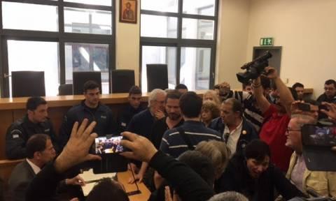 Χαμός στο Ειρηνοδικείο: Συμβολαιογράφος προσπάθησε να κάνει πλειστηριασμό εκτός αίθουσας (vid)