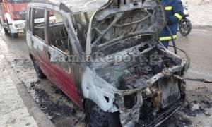 Λαμία: Λαμπάδιασε αυτοκίνητο στο κέντρο της πόλης (vid)
