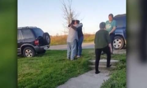 Συγκλονιστικές στιγμές γεμάτες συγκίνηση: Πατέρας συνάντησε την κόρη του μετά από 35 χρόνια (video)