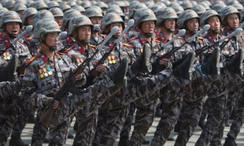 Παρέλασαν με ψεύτικα όπλα στην Β.Κορέα; (pics)