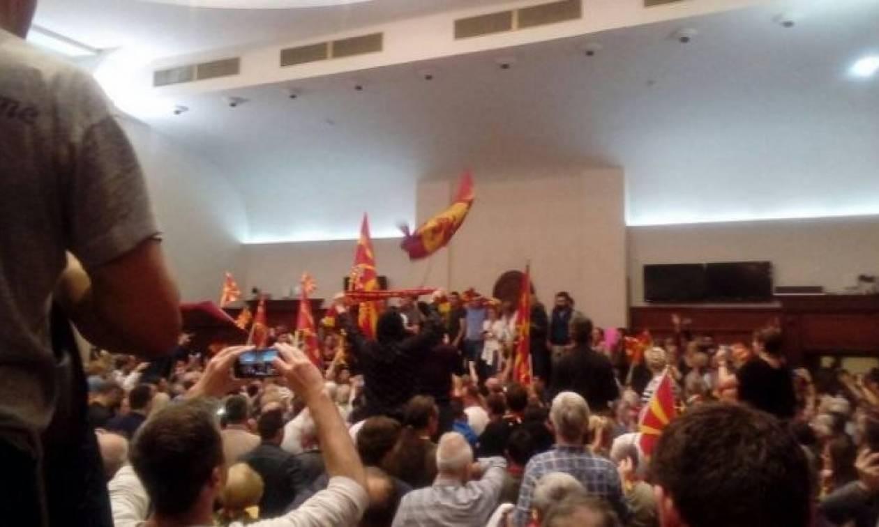 Χάος στα Σκόπια: Εισβολή οπαδών του Γκρούεφσκι στη Βουλή - Χαροπαλεύει βουλευτής (pics+vid)
