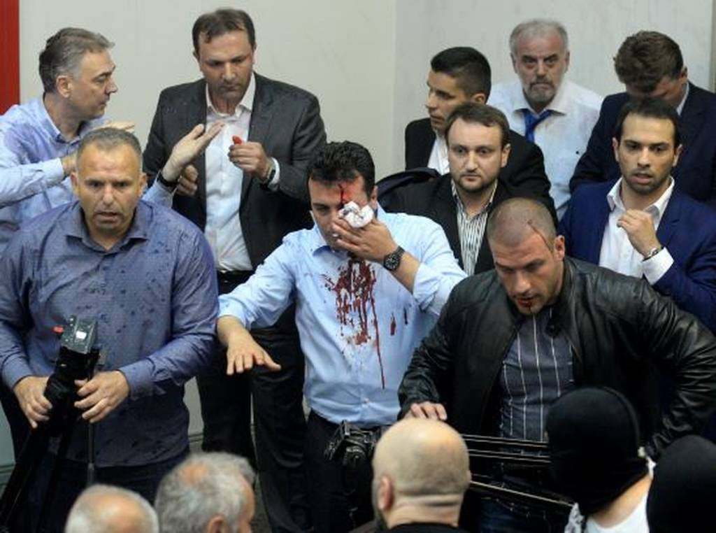 Χάος στα Σκόπια: Εισβολή διαδηλωτών στη Βουλή - Δείτε Live