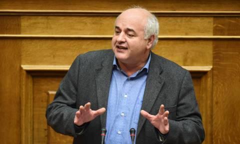 Βουλή – «Λάβρος» ο Καραθανασόπουλος του ΚΚΕ: Τσακώνεστε για τα συμφέροντα των επιχειρηματιών