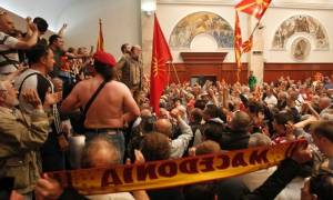 «Καζάνι που βράζει» τα Σκόπια: Σε αστυνομικό κλοιό το κοινοβούλιο - Επεισόδια και χάος (vids+pics)