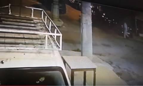 Βίντεο - ντοκουμέντο στο μικροσκόπιο της ΕΛ.ΑΣ: Η στιγμή που ο πατέρας πετά το πτώμα της 6χρονης;