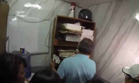 Σοκαριστικές εικόνες: Βρέθηκαν δέκα άνθρωποι στοιβαγμένοι σε μυστικό κελί αστυνομικού τμήματος