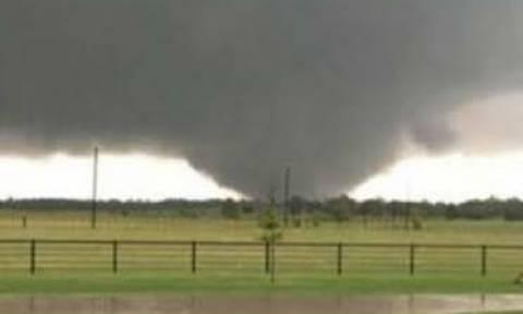 Βίντεο σοκ: Φονικοί κυκλώνες σαρώνουν το Τέξας (vids+pics)
