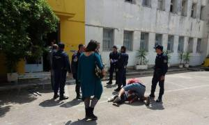 Αντιδράσεις προσφύγων στην Καλαμάτα: Απειλούν να αυτοκτονήσουν (vids)