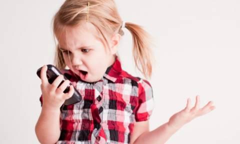 Τα παιδιά έως δύο ετών που παίζουν με κινητά και ταμπλέτες αργούν να μιλήσουν