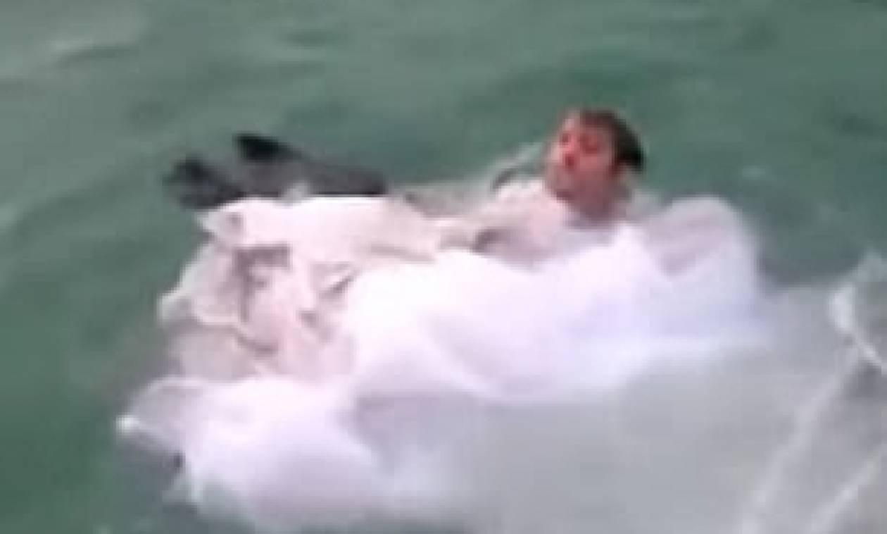 Παραλίγο τραγωδία: Νύφη βούτηξε με το νυφικό στη θάλασσα και κόντεψε να πνιγεί (vid)
