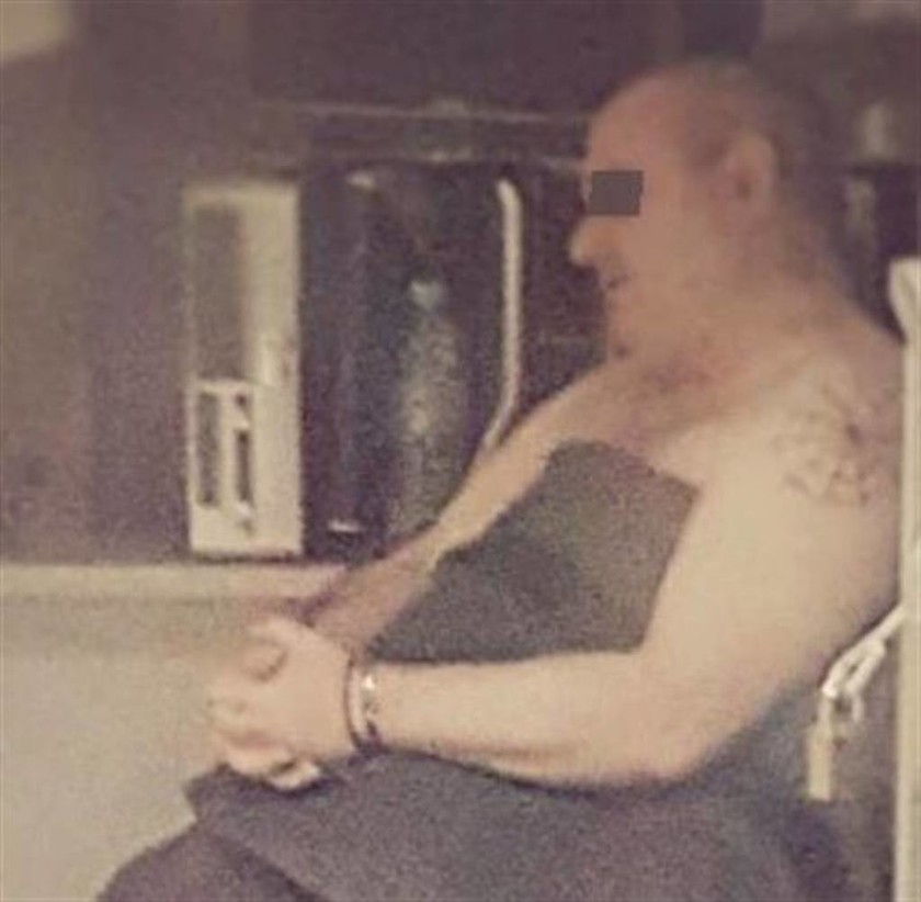 Φωτογραφία ντοκουμέντο: Ο βιαστής της Δάφνης γυμνός στο σπίτι του με χειροπέδες