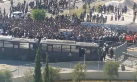 ΠΑΟΚ-ΑΕΚ: Οπαδοί μπουκάρουν χωρίς εισιτήριο με αυτοκόλλητο και πηδούν φράχτες στο Πανθεσσαλικό!