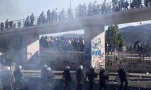ΠΑΟΚ-ΑΕΚ: Μάχες οπαδών σώμα με σώμα έξω από το Πανθεσσαλικό
