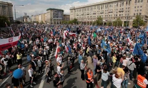 Χιλιάδες άνθρωποι στους δρόμους της Βαρσοβίας για την... Ελευθερία (pics)