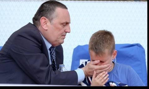 ΠΑΟΚ-ΑΕΚ: Οι σοκαριστικές φωτογραφίες του Στράτου που προστατεύει το γιο του από τα δακρυγόνα!