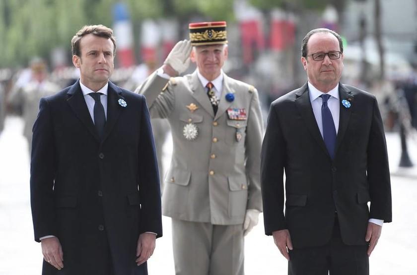 Εκλογές Γαλλία: Ολάντ και Μακρόν κατέθεσαν μαζί στεφάνι για τη νίκη κατά της ναζιστικής Γερμανίας