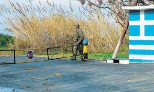 Κύπρος: Βάζουν χάρτινους στρατιώτες σε σκοπιές στρατοπέδων (photo)