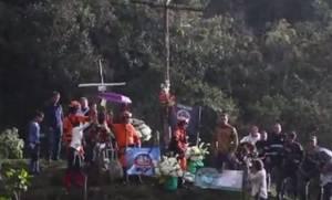 Συγκινητικό: Οι επιζώντες της Τσααπεκοένσε επέστρεψαν στο σημείο της αεροπορικής τραγωδίας (vid)