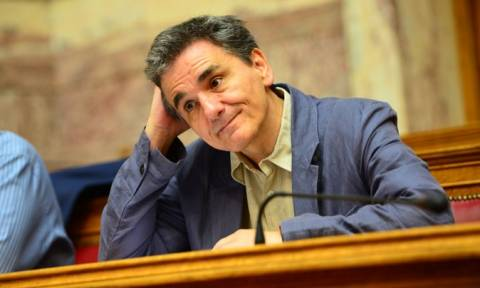 Ο... μάγος κ. Τσακαλώτος: Με «κόλπο» πάει το αφορολόγητο στις 6.250 ευρώ
