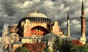 Προκαλούν επικίνδυνα οι Τούρκοι: Προσευχήθηκαν έξω από την Αγια - Σοφιά απαιτώντας να γίνει τζαμί