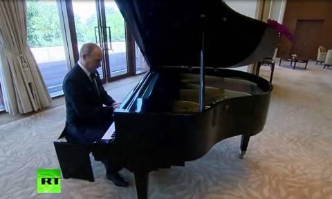 Ο πολυτάλαντος κ. Πούτιν: «Σκότωσε» την ώρα του παίζοντας πιάνο έως τη συνάντηση με τον Σι Τζινπίνγκ