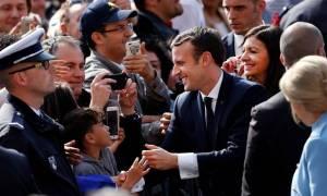 Γαλλία: Θερμή υποδοχή Μακρόν στο δημαρχείο του Παρισιού (pics)
