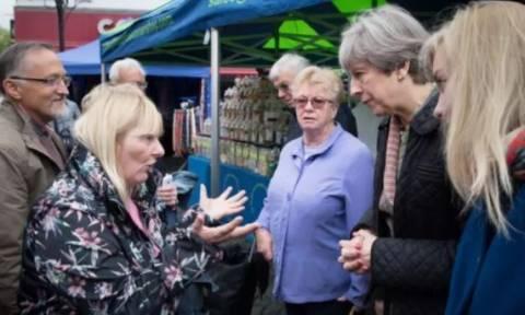 Οργισμένη Βρετανίδα «τα χώνει» στην Τερέζα Μέι (vid)
