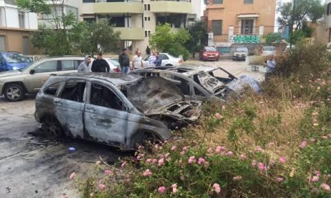 Λόφος Στρέφη: Καταστράφηκαν ολοσχερώς δύο αυτοκίνητα μετά από πυρκαγιά (pics)