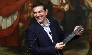 Ονειρεύεται... γραβάτα ο Τσίπρας: «Βλέπει» λύση για το χρέος (vid)