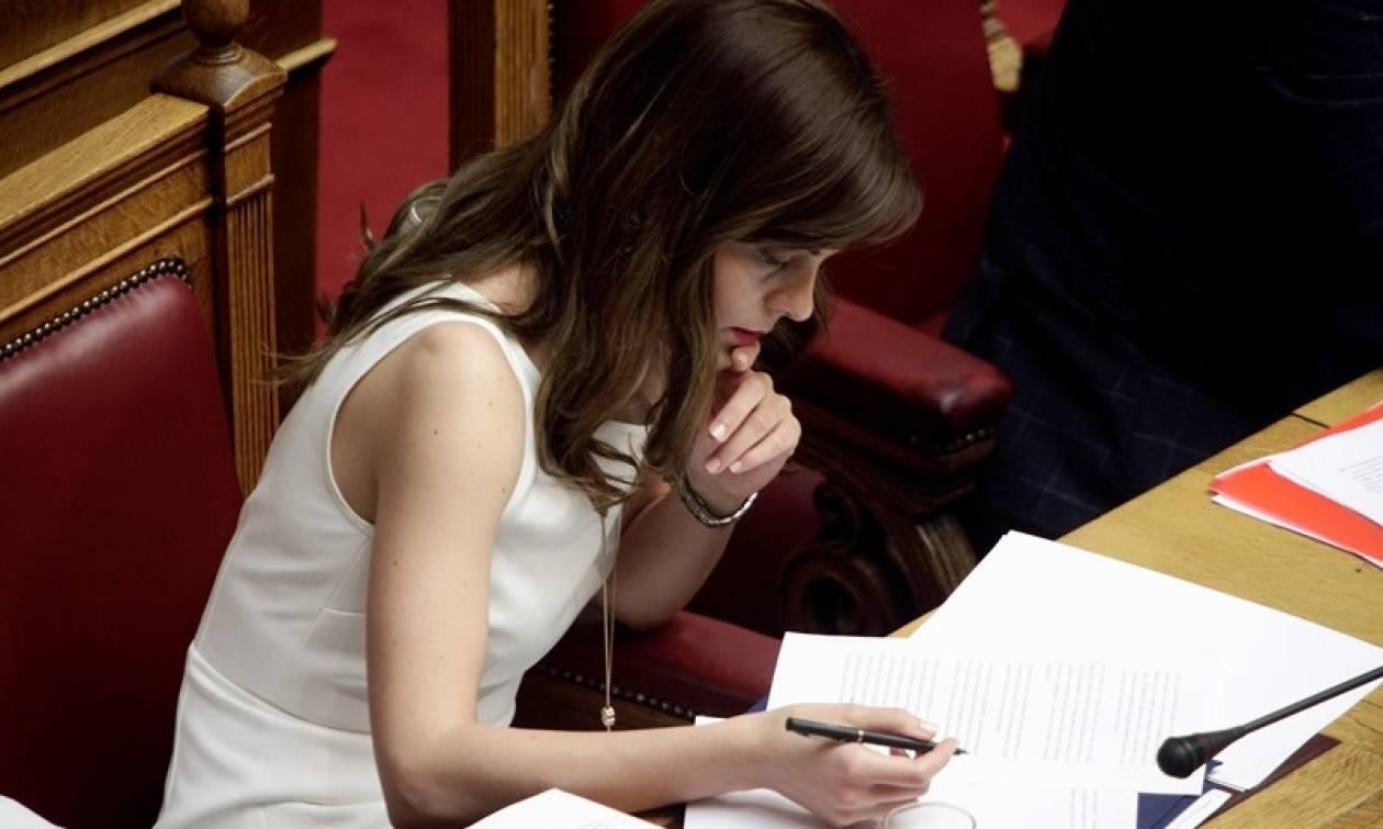 Ποιο μνημόνιο και ποια μέτρα; Το φόρεμα της Αχτσιόγλου «τρέλανε» τη Βουλή